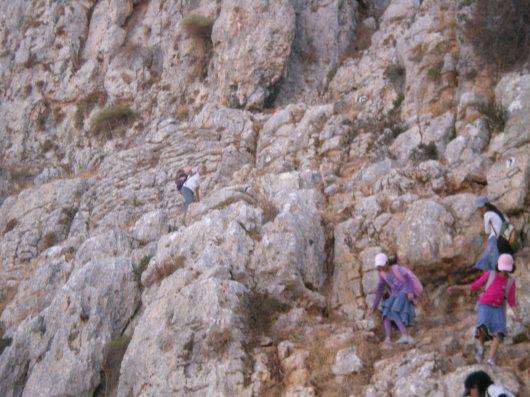 תלמידות מרחפות דרכן בזהירות במורד הר ארבל
