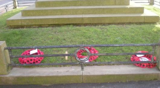 זרים באנדרטה בברייטון  Wreaths at a memorial in Brighton