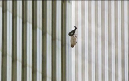 אדם נופל מהמגדל הבוער