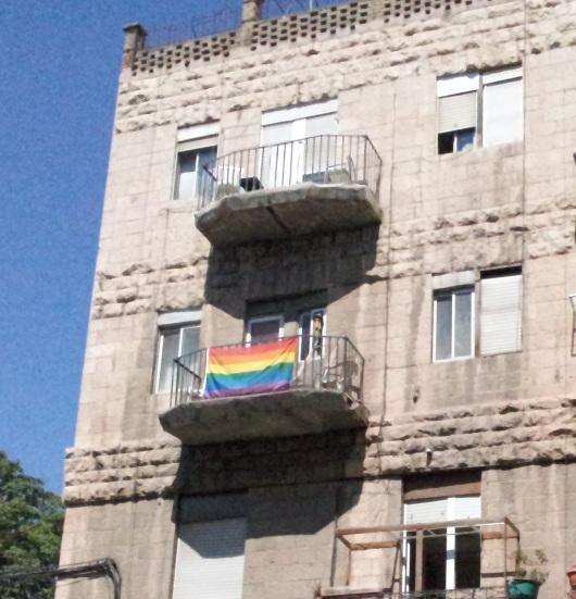 דגל הגאוה על מרפסת בירושלים