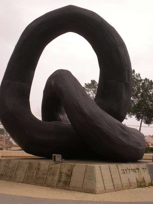 יד לשילוב, פסל בפרדס חנה, ישראל Connecting, a statue in Pardes Hana, israel