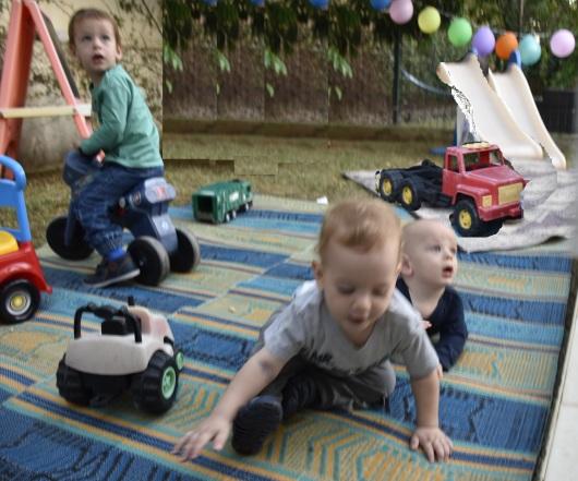 נכדים משחקים Grandchildren playing