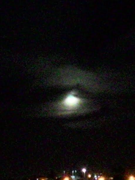 ישנו ירח There's a Moon