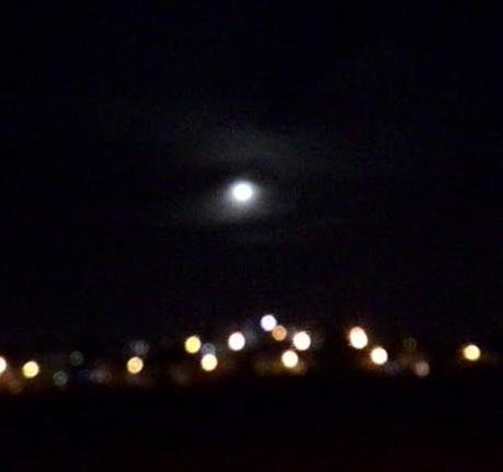 הירח היה לבן The moon was white