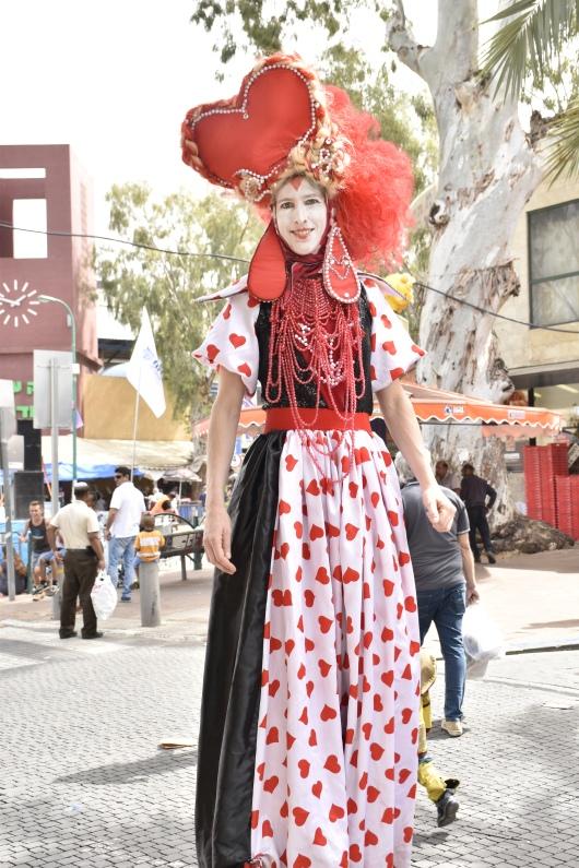 הליצנית מחייכת אלי בחביבות The clown poses for me with a friendly smile