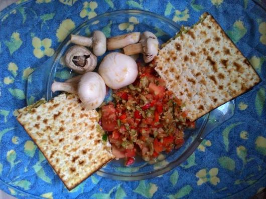 סלט ירקות ומצות Vegetable salad with matzot
