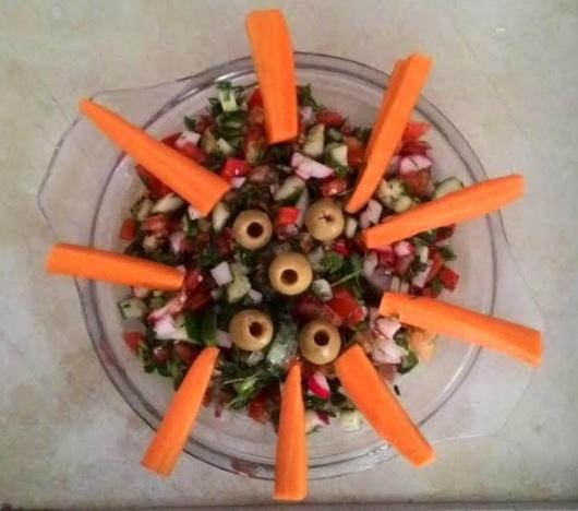 סלט ירקות עם קישוטי גזר וזיתים Vgeetable salad with carrot and olives