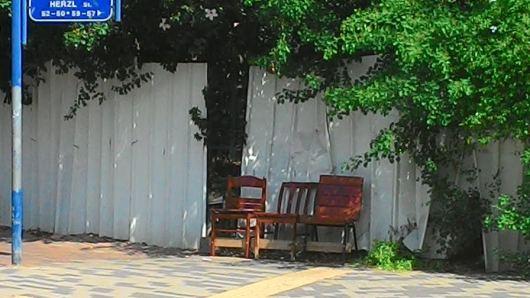 כסאות ברחוב לשבת עליהם Chairs on the street for people to sit
