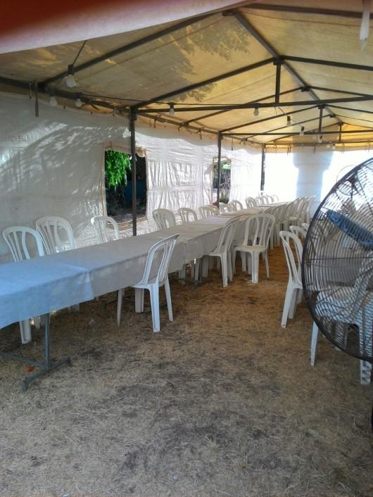 האוהל ערוך לתפילת שחרית The tent is ready for the Shacharit prayer
