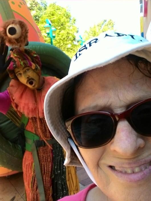 סלפי עם שבלול ליד הקניון Selfie with a snail near the shopping mall