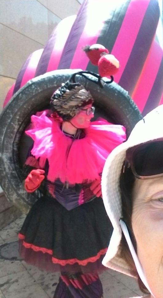 סלפי עם שבלולה ליד הקניון Selfie with a snailess near the shopping mall