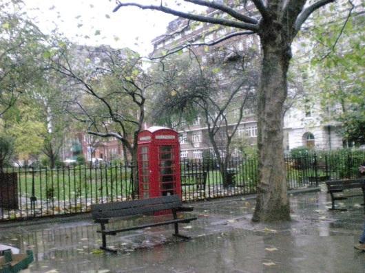 תא טלפון אדום ביום גשום בלונדון Red telephone booth on a rainy day in London