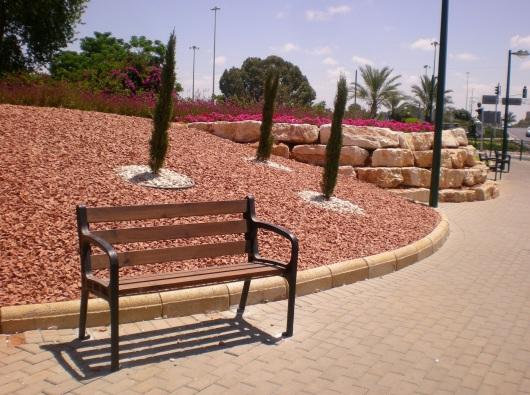 ספסל בטיילת Bench on the promenade