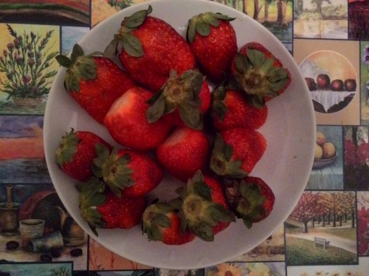 קערת תותים A bowl of strawberries