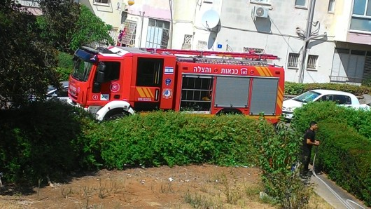 כבאית לפני הבנין שלי A fire engine in front of my building