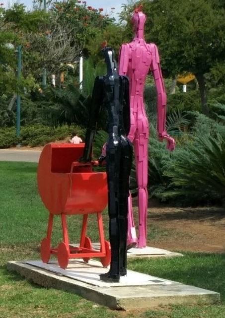 זוג ועגלת תינוק, פארק כפר סבא. היוצר: ניצן יואל אבידור A couple and a pram, Kfar Saba Park. Creator: Nitzan Yoel Avidor