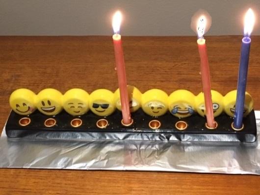 חנוכיית אימוג'ים משעשעת Funny emoji Hanukiya