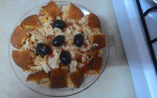 פסטה, שניצלים חתוכים וזיתים שחורים Pasta, sliced schnitzels and black olives
