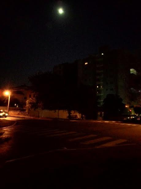 לילה ברחוב. מה יש מעבר לפינה? Night on the street. What's around the corner?