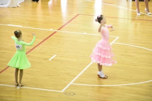 רוקדות באופטימיות מתוך תקוה לזכות Dancing optimistically hoping to win