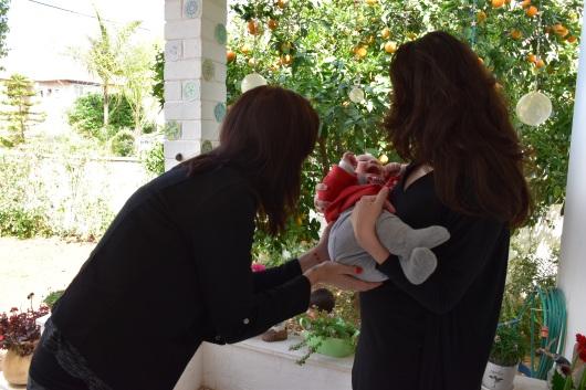 שתי נשים ותינוק ביניהן Two women and a baby between them