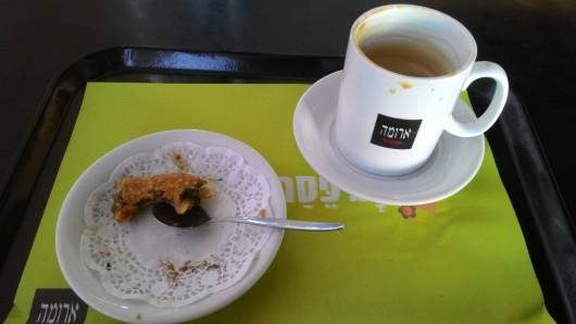 קפה ועוגה בבית קפה Coffee and cake in a café