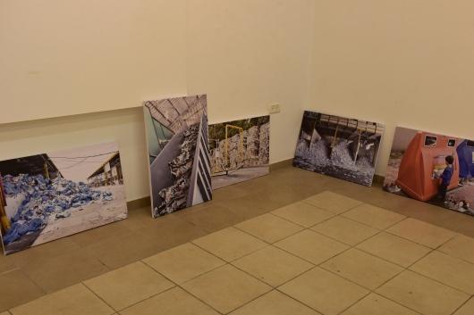 התמונות מונחות לקראת תלייתן The pictures are waiting to be hung
