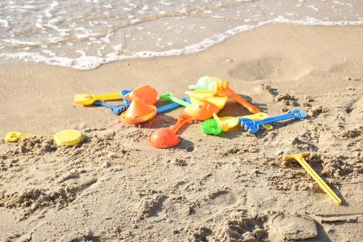 צעצועים נטושים בחוף Toys abandoned on the beach