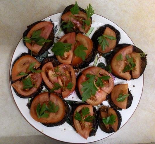 חצילים עם עגבניות מעל Eggplants with tomatoes on top