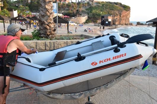 איש יוצא מן המים עם סירתו  A man comes out of the water with his boat