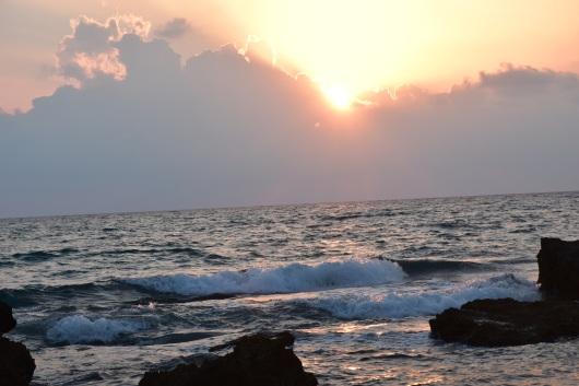 גלים מתנפצים אל החוף Waves crashing to the shore