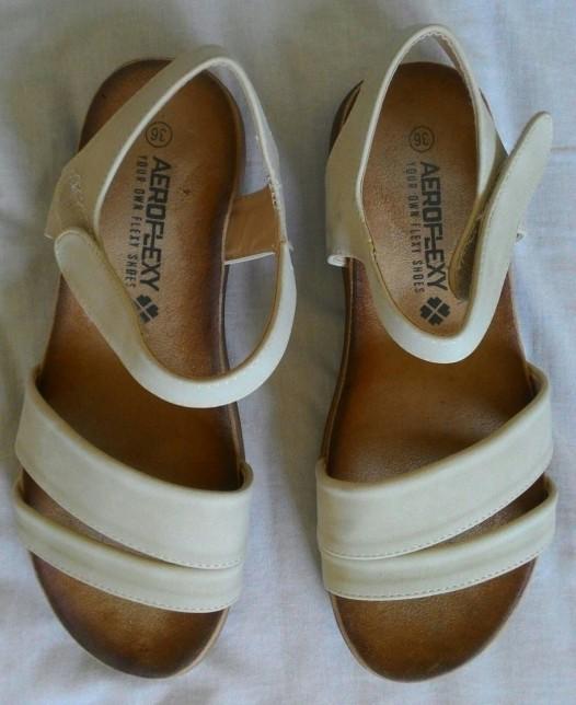 סנדלים לבנים White sandals