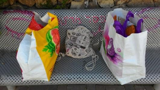 סלים ותיק על ספסל Baskets and a bag on a bench