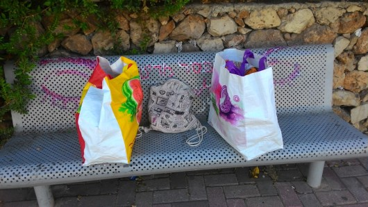 סלים ותיק על ספסל  Baskets and a bag on a bench
