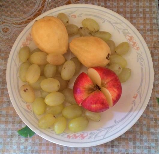 צלחת פירות. הענבים לא נראים משהו, אך טעימים, הגויאבות והתפוח היו נפלאים Fruit plate. The grapes don't look great, but the guavas and the apple were wonderful