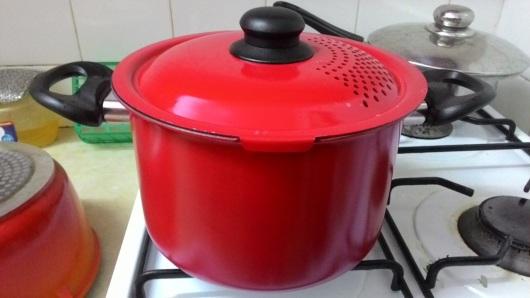 סיר מרק על האש   Soup pot on the stove