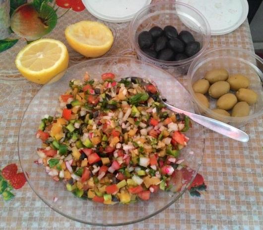 סלט ירקות, זיתים וחצאי לימונים Vegetable salad, olives and lemon halves