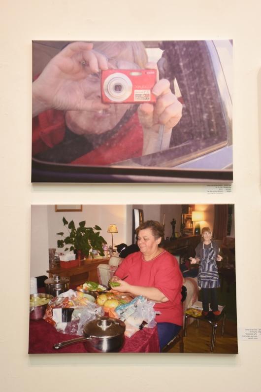 למעלה: צילום השתקפותי במראת המכונית; למטה: שרה מכינה ארוחה ואני על השולחן מחכה עם בטן מקרקרת Above: Reflective photography in the car mirror; Below: Sara is preparing a meal and I'm on the table waiting with a croaking stomach