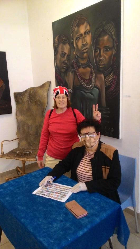 האוצרת ואני בטרם סגירת התערוכה   The curator and I just before the exhibition closes