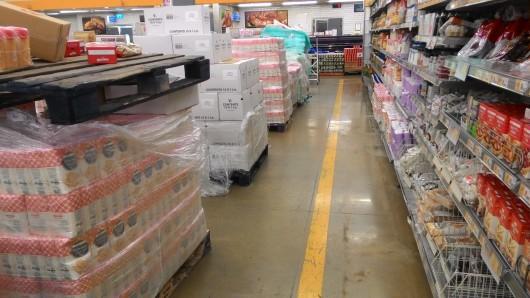 המדפים בסופר מלאים וגם המעברים Super shelves are full and so are the aisles