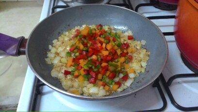 מוסיפות הפלפלים לבצל ולשום שהשחימו   Add the peppers to the  browned onion and garlic