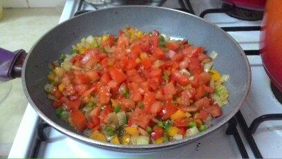 להוסיף את העגבניות ולטגן במשך 7-5 דקות תוך ערבוב הירקות מדי פעם Add the tomatoes and fry for 5-7 minutes, while stirring occasionally