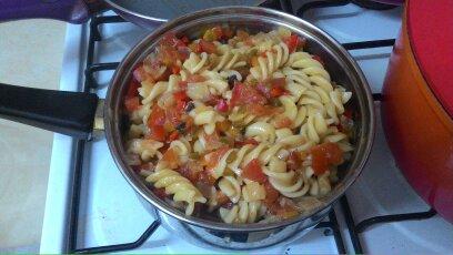 יוצקות את הרוטב על הפסטה, מערבבות היטב ומניחות לתבשיל במשך כ-10 דקות כדי לאפשר לרוטב להספג בתוך הפסטה   Pour the sauce into the pasta, stir well and leave it for about 10 minutes to allow the sauce to absorb into the pasta