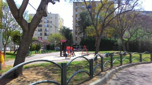 גן שעשועים נטוש בשכונה   An abandoned playground in the neighbourhood
