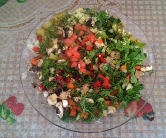 סלט ירקות מוכן. הוספתי קצת מלח וזהו – טעים, בלי תוספות Vegetable salad is ready. I added a bit salt and that's it – delicious, no dressing