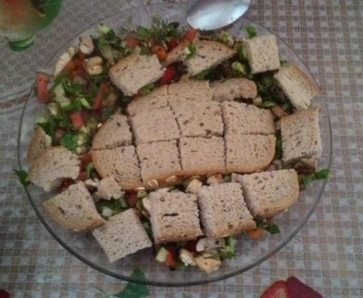 לוקחת 2 פרוסות לחם וחותכת לקוביות. אחר, מפזרת אותן על הסלט   I take 2 slices of bread and cut them into cubes. Then, I scatter on the salad