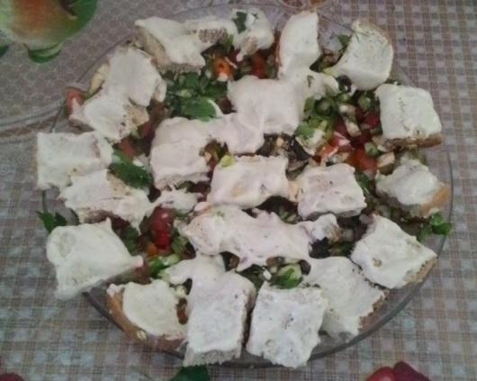 מורחת טחינה על קוביות הלחם והארוחה מוכנה I spread tehina (tahini) on the bread cubes and the meal ready